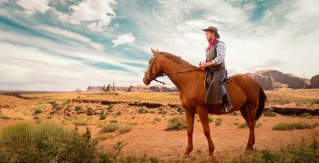 Vaquero en ropa de cuero a caballo, occidental Foto de archivo