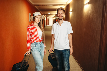 Couple with suitcases checking into the hotel Banque d'images - 118682516