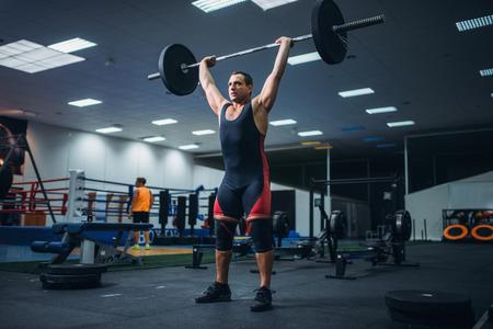 Strong powerlifter doing deadlift a barbell in gym Foto de archivo