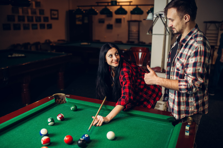 Woman learn to play billiard, poolroom 免版税图像