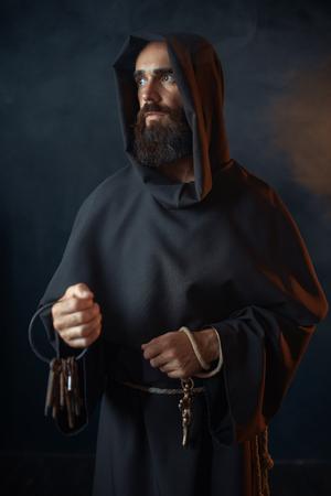 Middeleeuwse monnik houdt een sleutelbos in handen