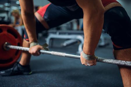 Männlicher Athlet bereitet sich darauf vor, die Langhantel zu ziehen