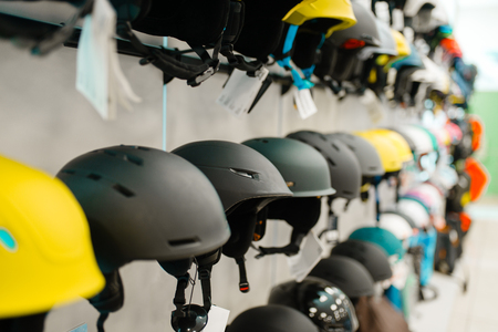 Rows of ski and snowboarding helmets, sports shop Banque d'images - 124378434
