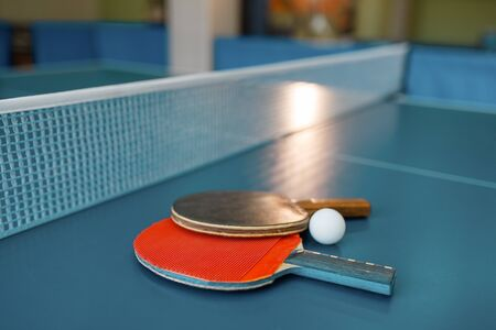 Two  paddles on the table with net Banque d'images