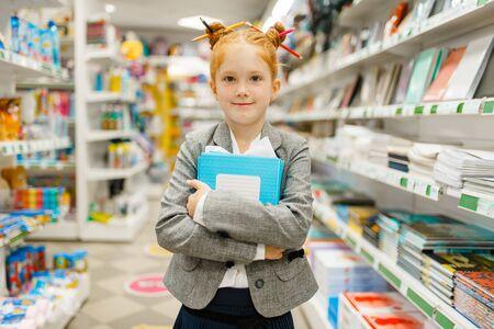 Kleines Schulmädchen im Schreibwarenladen Standard-Bild