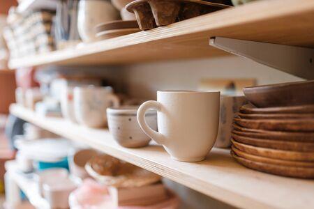 Utensilios de cocina en la estantería en el taller de alfarería Foto de archivo