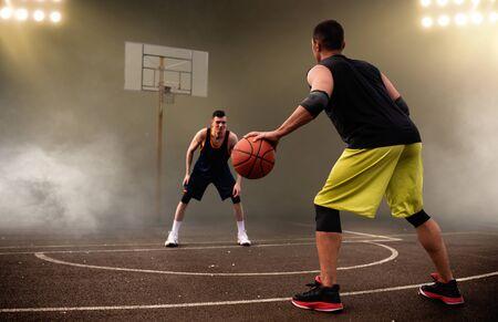 Dwóch koszykarzy opracowuje taktykę