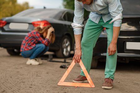 Accidente automovilístico en carretera, conductores masculinos y femeninos
