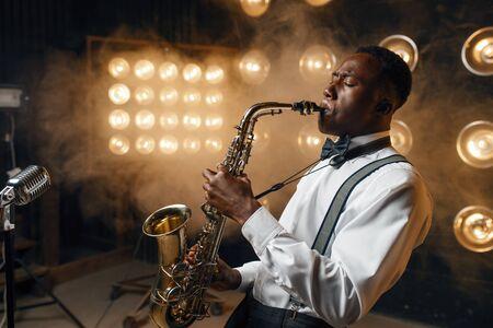 L'artiste de jazz noir joue du saxophone sur scène