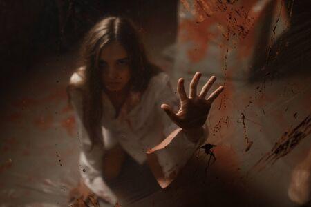 Opfer mit blutigen Händen im Krankenhauskeller