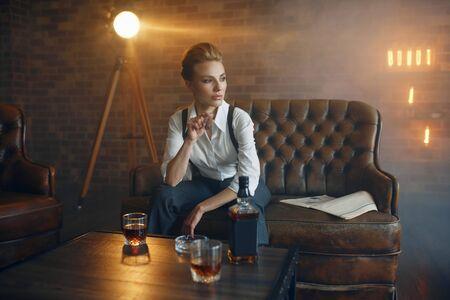 Frau am Tisch mit Whisky, Gangsterart