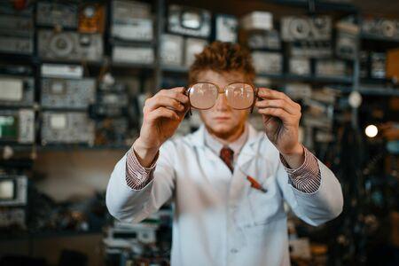 Strange scientist looks through the glasses in lab Banque d'images