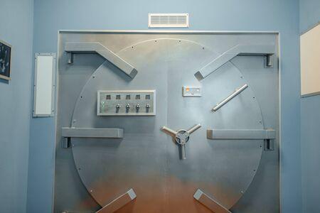 Sistema di sicurezza della banca, porta del caveau con serrature