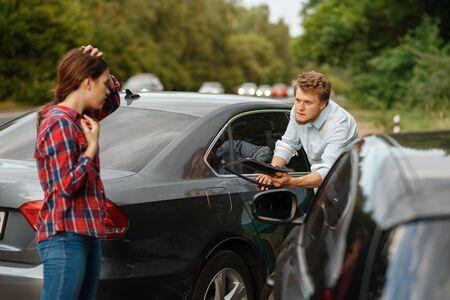 Mannelijke en vrouwelijke bestuurders op de weg, auto-ongeluk
