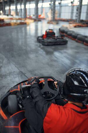Racer in helmet driving go kart car Stockfoto