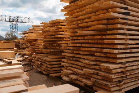 Pilas de tablas en el almacén del molino de madera