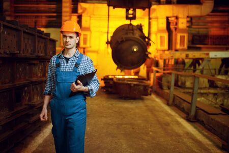 Steelmaker, furnace and liquid metal in basket Banque d'images