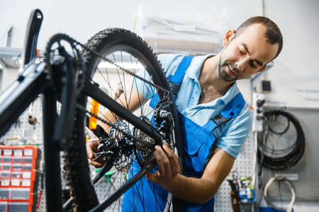 Bicycle assembly in workshop, chain installation Stockfoto