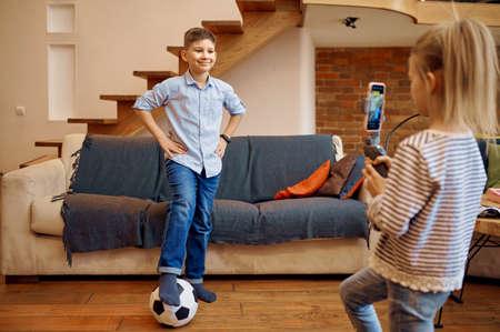 Children bloggers makes football blog, vloggers Stockfoto