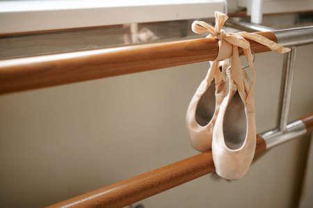 Pink ballet shoe hanging on barre, nobody Zdjęcie Seryjne