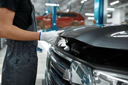 Male mechanic closes the hood, car service Zdjęcie Seryjne