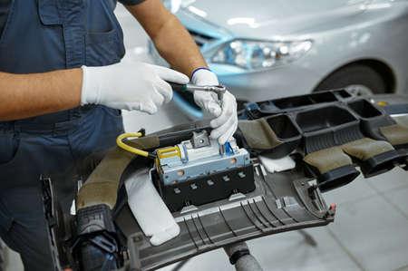 Male mechanic fixes problem, car service Zdjęcie Seryjne
