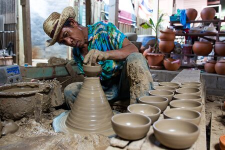 NONTHABURI,THAILAND-AUG 9: The traditional clay pot making in Koh Kred island by the professional clay pot maker taken on Aug 9, 2015 新闻类图片