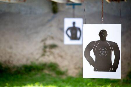 hombre disparando: hombre Estándar de tiro al blanco de cerca.