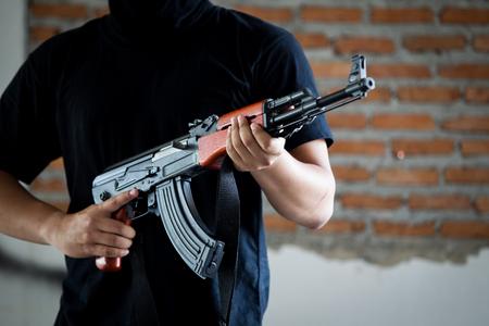 Portrait d'un terroriste tenant un fusil d'assaut se bouchent. Banque d'images