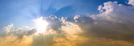 Schöner Himmel und die Sonne am Abend nach dem großen Sturm. Himmelshintergrund oder -hintergrund.