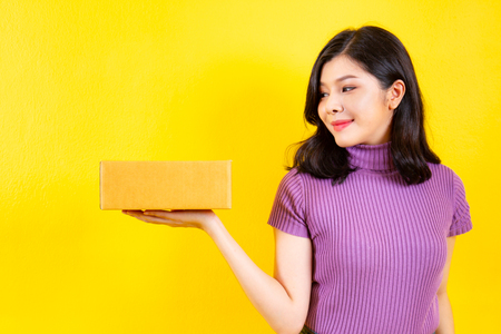 Asian girl's portrait in e-commerce and parcel service concept. Imagens - 120260746