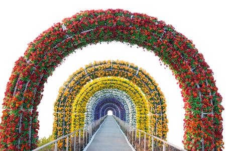 jardines con flores: arco de flores y de la pasarela aislados en background.Object blanco con trazado de recorte.