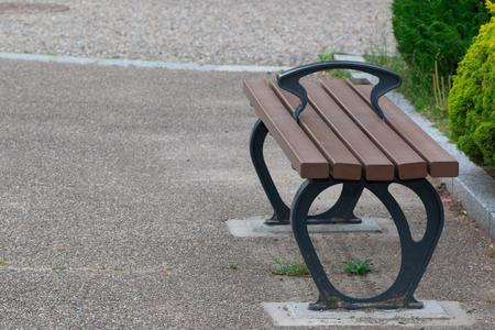 soledad: Banco de madera vacío en el parque, el concepto de la sensación de soledad. Foto de archivo