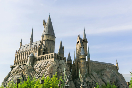 OSAKA, Japón - 5 de mayo 2016: Universal Studios Japan (USJ). Tema de la escuela Hogwarts de magia y hechicería en Harry Potter. situado en Osaka, es uno de los cuatro parques temáticos de Universal Studios, propiedad y operado por la USJ Co., Ltd.