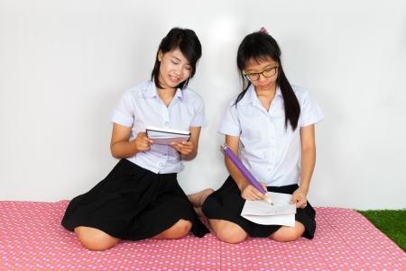 diligente: Diligente Pareja de asi�ticos Estudiante tailand�s Estudiar
