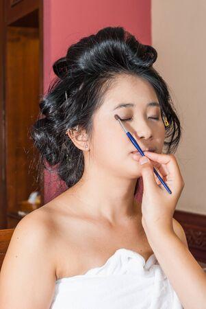 parpados: Chica tailandesa asi�tico que Sombra de ojos en los p�rpados. Foto de archivo