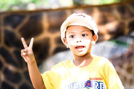 bambino: outdoor activity boy having fun