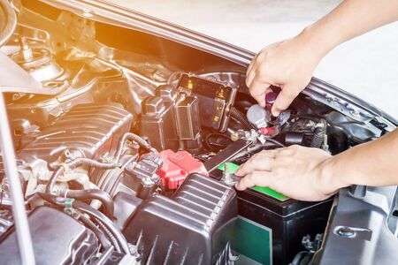 Hand a man use screw driver adjust level headlights of car in the engine room service concept Stockfoto