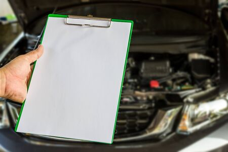 Hand a man hold check sheet paper for maintenance concept of car Stockfoto