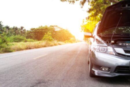 Wazige foto van auto is kapot op de weg naar asfalt in het plattelandshulpconcept