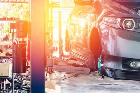 汽车在车库店服务和汽车的维护概念的升降机上