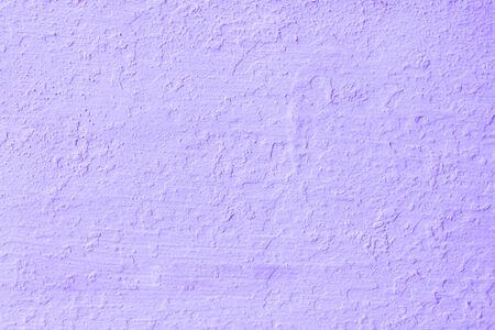 Le pareti di cemento viola o la malta non sono lisce e con superficie crepata in stile vintage per la trama di sfondo del lavoro di progettazione e lo spazio di copia