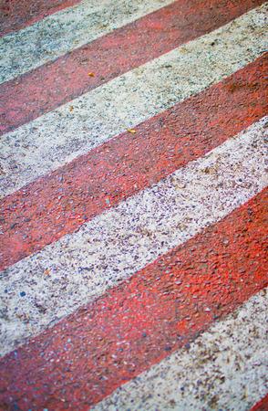 white lines: Rosso con linee bianche sulla strada