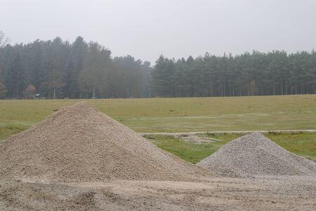grinta: mucchio di sabbia sul campo in erba