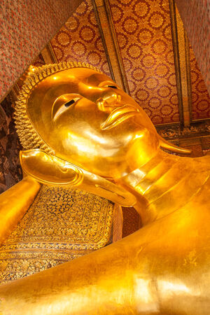 the famous Reclining Buddha photo
