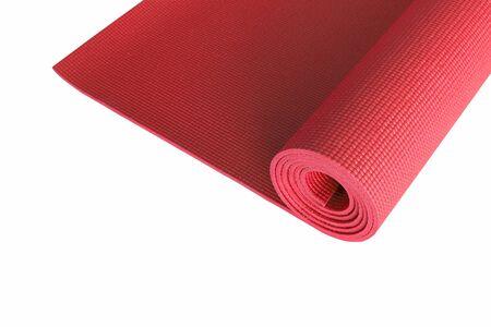 Tapis de yoga rouge isolé sur blanc.