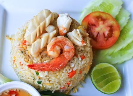huevos estrellados: Los calamares y camarones fritos de arroz de la placa