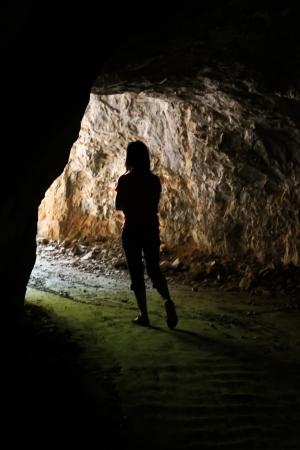 grotte: Elle marche sortez de la grotte