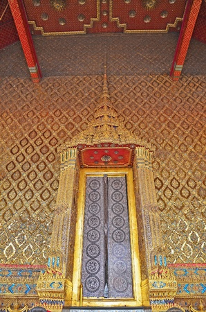 dazzlingly: The amazing decoration molding of ancient Thai temple s architrave
