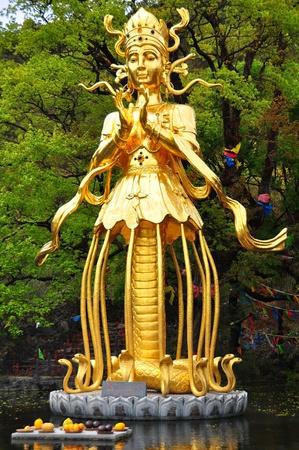 creador: Diosa chino llamado Nhee-Wa en la postura de la mitad de la serpiente humana la mitad de la diosa creadora humana que cre� en chino cuento de hadas